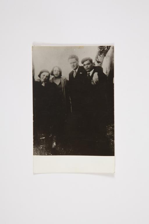 Kalamista İlk yaz-1930-Soldan Saga-Nazımın kardesi Samiye,esi Piraye-Nazım ve Nail V-