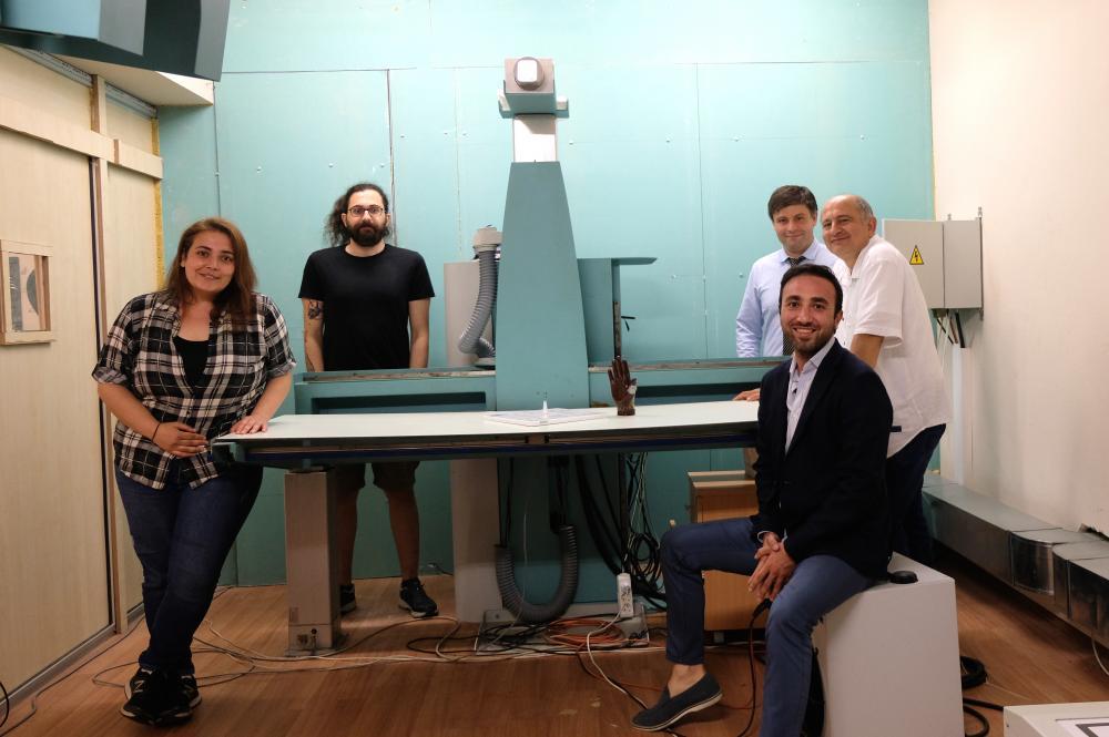X-Lab ekibi geliştirdikleri röntgen cihazının yanında