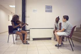 Provalar boyunca Boğaziçi Üniversitesi yurtlarında ağırlanan çocuklar, hem eğitmenler hem de birbirleriyle oluşturdukları paylaşım ortamında birlikte üretmenin zevkini keşfediyorlar.