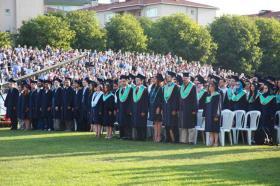 Üniversitenin Uçaksavar Spor Tesisleri'nde gerçekleşen törende 1527'sı lisans, 430'u yüksek lisans ve doktora olmak üzere toplam 1960 öğrenci mezun oldu.