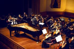 Albert Long Hall'de 24 Ekim Cuma günü yer alan ''Bach ve Müritleri'' başlıklı konserde 11 yaşındaki piyanist Emir İlgen, Cem Mansur şefliğinde ve Türkiye Gençlik Oda Orkestrası eşliğinde Bach'ın eserlerini yorumladı