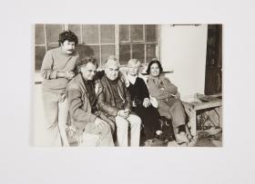 Halet Cambel ve Nail Cakirhan Aziz Nesin Vakfinda arkadaşlarıyla birlikte 1983