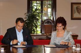 Anlaşmayı Boğaziçi Üniversitesi Rektörü Prof. Dr. Gülay Barbarosoğlu ve Ayvalık Belediyesi Başkanı Rahmi Gençer' imzaladı